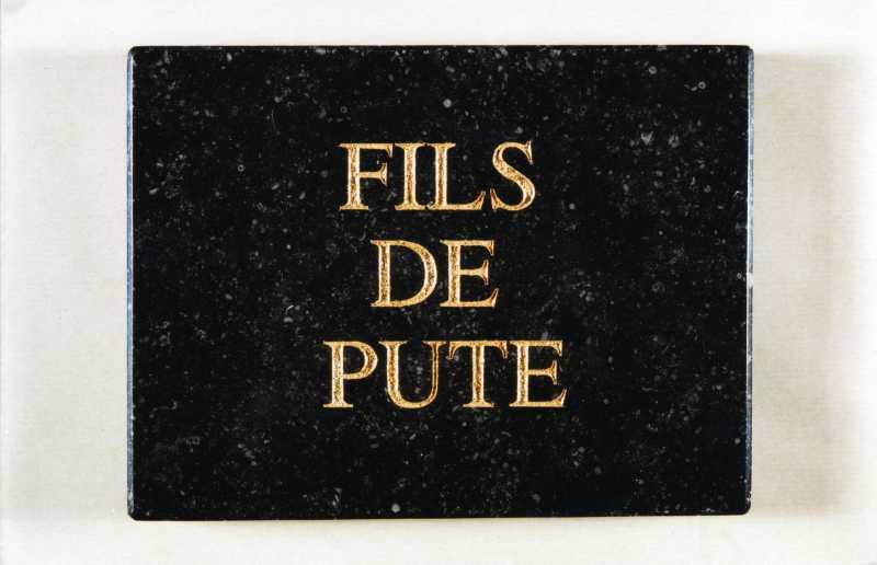 Plaque mortuaire Fils de pute (marbre, gravure feuille d'or 2001) (1)