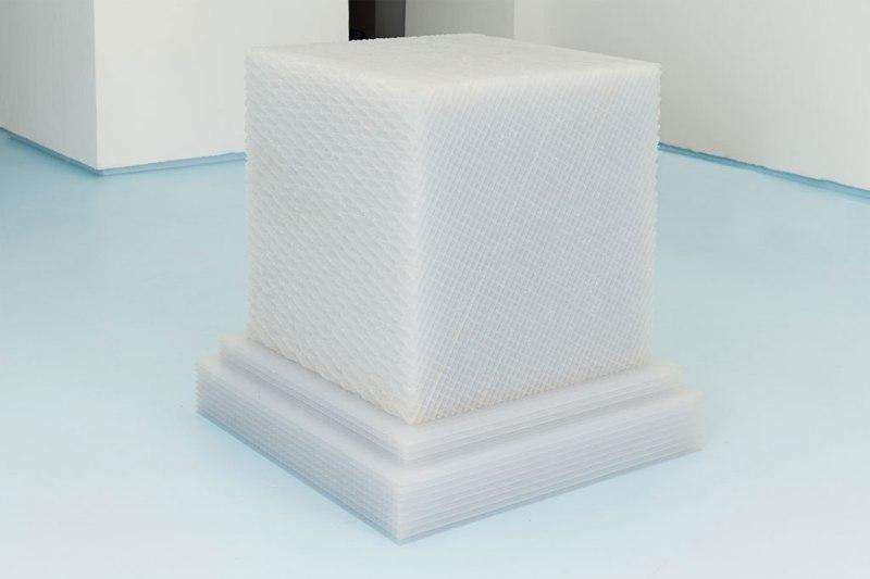 Cubikron 2.0, 2013, plastique alvéolaire, 97 cm x 95 cm x 95 cm (Courtesy / Chez Valentin)