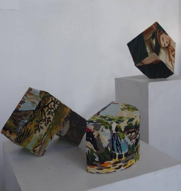 Série Hybrid lexis, «prismes», à l'arrière plan «Transfert», Divers matériaux, dont canevas, 2014.