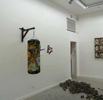 Sus, donc, poussez-les !, 2013, sac de frappe, suspension métallique, canevas, 160 cm de hauteur