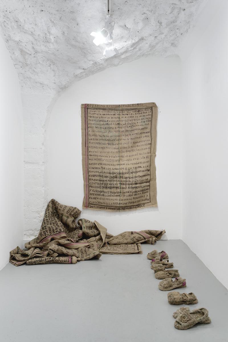 De Villahermosa, détail recto/verso d'un sac de jute, 2010, photographie 1 et 225 x 25 cm, vue de l'exposition, 2013, galerie Dohyang Lee, photo © Aurélien Mole.