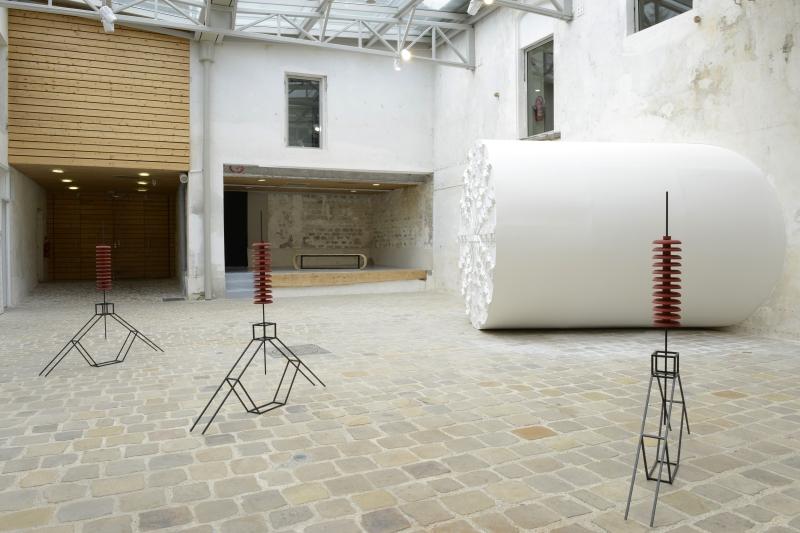 Vue de l'exposition Formes emprei(u)ntées, Isolateurs/ De mémoire, Le Tunnelier d'Inti et Chenille.