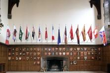WILL KWAN / 2009. Flame Test Toronto. 36 drapeaux, teinture sur tissu Duralux, aluminium, dimensions diverses. Vue d'installation,galerie Justina M. Barnicke, Toronto, CA, 2009. Photo© Toni Hafkenscheid