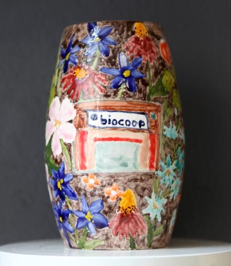 Suzanne Husky. Boutique de vrais souvenirs. Arras en Lavedan (Biocoop), faïence, 15 x 15 x 30 cm, 2017. courtesy Galerie Alain Ghutharc